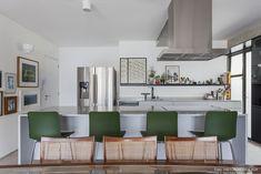 Olhar de arquiteto | Capítulo 1 | Histórias de Casa | Histórias de Casa House Tours, Kitchen Dining, 1, Table, Furniture, Home Decor, Old Apartments, Renovation, Environment
