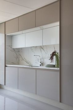 Apartamento carioca tem vista para o mar e campo de golfe (Foto: Denilson Machado, MCA Estúdio) Kitchen Room Design, Luxury Kitchen Design, Kitchen Cabinet Design, Kitchen Sets, Home Decor Kitchen, Interior Design Kitchen, Kitchen Furniture, Home Kitchens, Kitchen Cabinets