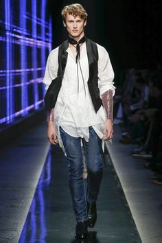 The complete Dsquared2 Fall 2018 Menswear fashion show now on Vogue Runway.
