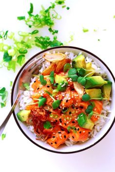 Salmon Poke Bowl with spicy mayo marinade, avocdo and fried shallots and garlic. Tutorial » Little Vienna