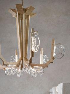 Durante a Maison & Objet, feira de design que aconteceu em Paris, a marca tcheca Lasvit apresentou uma peça desenvolvida pelos designers brasileiros Fernando e Humberto Campana. O lustre Fungo ver mais