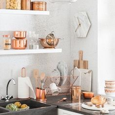 Rose Gold kitchen themes decorations really speaks for it self produces a gorgeous and timeless effect. If you like the metallic trend so much you plan to utilize it boldly, these Rose Gold kitchen gallery will inspire you