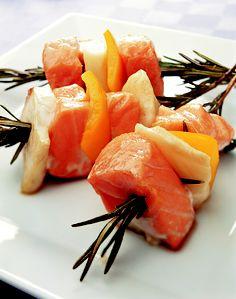 Brochetas marineras de salmón, pescado, pimiento amarillo y romero