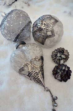 Do It Yourself Homemade Christmas Decorations - Finest DIY Silver Christmas, Noel Christmas, Victorian Christmas, Vintage Christmas Ornaments, Christmas Colors, Christmas Tree Ornaments, Christmas Crafts, Christmas Decorations, White Ornaments