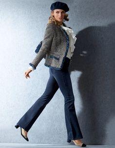 Tweedblazer mit Fransen, Seidenbluse mit Rüschen, Damen Bootcut-Jeans, Velourslederpumps mit Blockabsatz, Lange Kette aus Zierperlen, Tweedtasche mit Kette, Damen Baskenmütze