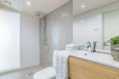 Erilaiset pinnat tekevät kylpyhuoneesta kiinnostavan. Tässä suihkuseinä ja lattia ovat mikrosementtiä. Olohuoneen ja kylpyhuoneen välissä on maitolasiseinämä, jonka läpi valo pääsee kylpyhuoneeseen. Alcove, Bathtub, Shower, House, Saunas, Bathroom Ideas, Standing Bath, Rain Shower Heads, Bathtubs