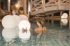 """Einfach mal wieder ans Meer und die Seele baumeln lassen. Verbringt entspannte Urlaubstage an der Ostsee und profitiert von unserem Angebot """"Wohlfühlzeit"""". Genießt das köstliche Frühstücksbuffet im Restaurant Möwenbräu und uneingeschränkten Eintritt ins Dünenbad mit Saunalandschaft und Fitnessraum. #ostsee #strand #wellness #sauna Weissenhäuser Strand, Solarium, Wellness Fitness, Beach Resorts, Gym Room, Swiming Pool"""