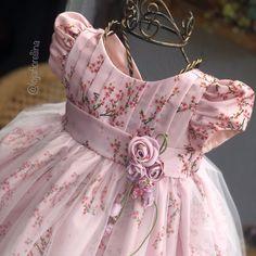 """Fiorellina Moda Menina De Luxo on Instagram: """"🌷Temos poucas unidades desse modelo super elegante e delicado 🥰 ---------- 📬 ENVIAMOS PARA TODO O BRASIL 💳 Aceitamos todos os cartões de…"""" Kids Party Wear Dresses, Baby Girl Party Dresses, Little Girl Dresses, Baby Girl Frocks, Frocks For Girls, Baby Frocks Designs, Kids Frocks Design, Fashion Kids, Fancy Dress Design"""