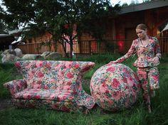 A artista Nina Saunders usou a mesma estampa floral para recobrir um sofá, uma bola e um terno