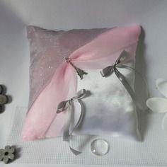 Coussin alliances gris et rose pour un mariage thème paris.