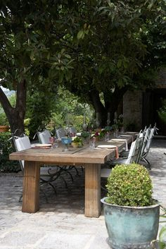Rustic tables & outdoor dining spaces make me smile, but having  good friends to share it with is what makes me happy.
