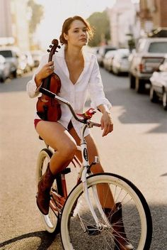 Suzanne Santo, her violin, and her Schwinn Bicycle Women, Bicycle Race, Bicycle Girl, Guys And Girls, Bike Photography, Modern Photography, Cycling Girls, Urban Bike, Toddler Girls