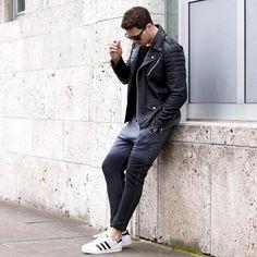 2017-01-06のファッションスナップ。着用アイテム・キーワードはサングラス, スウェットパンツ, スニーカー, ダブルライダースジャケット, ライダースジャケット,アディダス(adidas)etc. 理想の着こなし・コーディネートがきっとここに。| No:187693