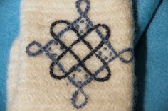 Videot neulakintaasta - How to make nalbinding mittens Medieval Embroidery, Hand Embroidery, Embroidery Designs, Medieval Crafts, Viking Knit, Viking Armor, Textiles Techniques, Sewing Studio, Knitting