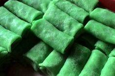 Kue dadar gulung isi kelapa hijau lembut. Resep dadar gulung menggunakan tepung terigu dengan sedikit tepung singkong dan bahan pelengkap lainnya. Cara membuat dadar gulung bisa anda pelajari secara lengkap dari pembuatan kulit dadar gulung, cara membuat isian dadar gulung, hingga cara...