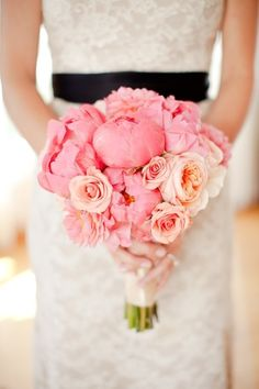 schlichter Blumenstrauß für Hochzeit-Klassische Kombination-Rosen und Pfingstrosen