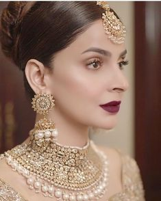 absolutely looks gorgeous adorning these jewels! Bridal Jewelry Sets, Bridal Accessories, Wedding Jewelry, Bridal Jewellery, Pakistani Bridal Jewelry, Indian Bridal Outfits, Pakistani Outfits, Stylish Jewelry, Fashion Jewelry