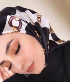 image découverte par 𝑁𝑢𝑢𝑟♕. Découvrez (et enregistrez !) vos images et vidéos sur We Heart It Beautiful Hijab Girl, Beautiful Muslim Women, Street Hijab Fashion, Arab Fashion, Stylish Work Outfits, Stylish Girls Photos, Hijabi Girl, Girl Hijab, Arab Girls Hijab