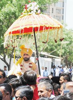 Sir Ravindra Jadeja tied the knot with his fiancée Rivaba Solanki on April 2016 in Rajkot in a traditional royal Rajput fashion. Wedding News, Wedding Events, Wedding Photos, Wedding Boxes, Wedding Cards, Lion Star, Ravindra Jadeja, Sophisticated Wedding, Tie The Knots