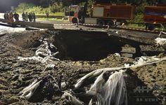 ドイツ西部オッフェンバッハ(Offenbach)近郊の高速道路で、第2次世界大戦(World War II)当時の不発弾を爆破処理してできた大きな穴(2014年8月19日撮影)。(c)AFP/DPA/ARNE DEDERT ▼21Aug2014AFP|独アウトバーンに巨大な穴、第2次大戦時の不発弾 http://www.afpbb.com/articles/-/3023662