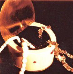 Als Elfenbein noch erlaubt war. Dose, Silberdeckel + Boden, Korallen, Elfenbein- und Silberkette