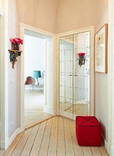 Ruhige Farben und klug versteckter Stauraum im Flur der Wohnung, die Antonius Schimmelbusch einrichteten. (Foto: Ragnar Schmuck)