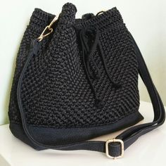 11-Bag a  sacco nera Crochet Handbags, Crochet Purses, Crochet Shoes, Diy Crochet, Crochet Wallet, Crochet Shoulder Bags, Cute Bags, Knitted Bags, Handmade Bags