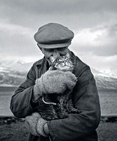 ISMO HÖLTTÖ, valokuva, pigmenttimustevedos ed. Crazy Cat Lady, Crazy Cats, I Love Cats, Cute Cats, Fotojournalismus, Men With Cats, Animal Gato, Cat People, Here Kitty Kitty