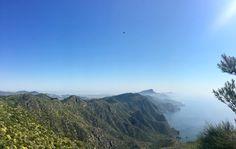 Esta fotografía está tomada desde el monte de las Cenizas de Cartagena y las vistas de las montañas de la Peña del Águila y playas de Calblanque hasta Cabo de Palos. Con ella se pueden trabajar contenidos de Ciencias Sociales relativos al paisaje, es decir, los paisajes naturales de costa y de montaña que tenemos en la ciudad y la región.