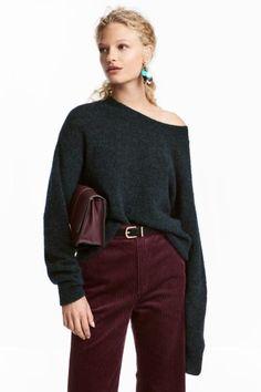 Jersey en punto holgado de tejido suave de algodón. Modelo con hombros marcadamente caídos y escote, puños y bajo en punto de canalé.