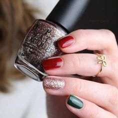 Easy Last-Minute Christmas Nails Simple Christmas Nails, Christmas Nail Designs Easy Simple, Christmas Nails Colors, Christmas Nail Polish, Holiday Nail Art, Xmas Nails, Winter Nail Art, Simple Nail Designs, Winter Nails