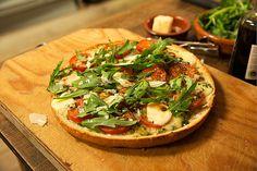 """Fladenbrotpizza """"Napoli"""", ein schönes Rezept aus der Kategorie Snacks und kleine Gerichte. Bewertungen: 169. Durchschnitt: Ø 4,6."""