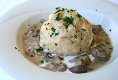 Semmelknödel mit Champignonrahmsauce! Ein köstliches vegetarisches Gericht aus herzhaften Knödeln und einer cremigen Sauce!
