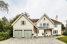 For a traditional style that is cost-effective, take inspiration from New England homes. Here, we explain how to get New England style right New England Style Homes, New England Decor, Weatherboard House, Cottage Exterior, Bungalow Exterior, Bungalow Renovation, Exterior Homes, Exterior Cladding, Exterior Windows