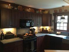 Primitive Kitchen, Cozy Kitchen, Kitchen Decor, Kitchen Ideas, Colonial Kitchen, Country Kitchens, Farmhouse Kitchens, Kitchen Remodeling, Remodeling Ideas