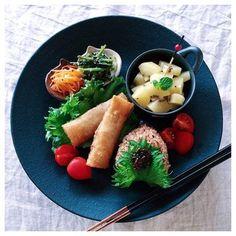 こちらはフルーツや野菜の和え物に小鉢・小皿を使った盛り付け。シックな色合いのプレートと相性抜群です♪