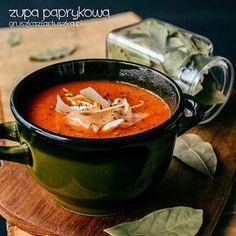 Prosta, ale niezwykle smaczna i treściwa zupa paprykowa z dodatkiem pomidorów i czosnku. W sam raz na jesienną aurę.