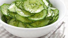 Thaise komkommersalade INGREDIËNTEN  Voor 4 personen: 3 komkommers 1 rode ui, gesnipperd 1 rode peper, in ringetjes 15 gram verse koriander 3 el azijn 1 el suiker 2 el chilisaus zonnebloemolie 1 el Thaise vissaus sap van 1 limoen 100 gram ongezouten pinda's 2 tenen knoflook, in dunne plakjes