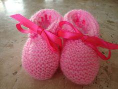 Sapatinho em tricô para bebê <br>material: lã <br>medida do pezinho: 9,5cm <br>as peças em tricô tem flexibilidade de até 3 cm sem alterar o produto.