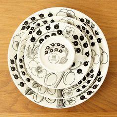 """上のイエローバージョンの人気から、登場したのがモノクロームの《Paratiisi》の""""ブラック""""。明るい、カラーバージョンに対して、""""冬""""をイメージしたものといわれています。 Scandi Style, Scandinavian Style, Kitchenware, Tableware, Surface Design, Cooking Recipes, Pottery, Plates, Ceramics"""