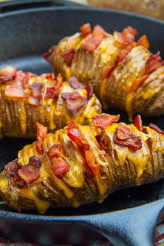 Fully Loaded Hasselback Potatoes - First you have to wash the potatoes. In the next step you have to cut the potatoes as described in - Batatas Hasselback, Hasselback Potatoes, Baked Potato Slices, Loaded Baked Potatoes, Sliced Potatoes, Stuffed Potatoes, Bacon Potato, Cheesy Potatoes, Eating Clean