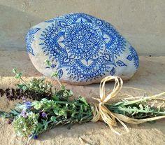 * DEEP BLUE * est une pierre dénergie grande peint à la main qui sen dégage calmant & vibrations pacifiques, nous invitant à vous connecter à