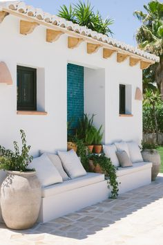 A decoration with a summery and natural spirit - DECO PLANET a homes world - Exterior Design Outdoor Spaces, Outdoor Living, Outdoor Decor, Rustic Outdoor, Outdoor Seating, Home Design, Spanish Style Homes, Spanish Bungalow, Desert Homes