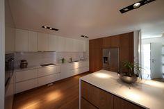 Casa em Guimarães : Cozinhas minimalistas por 3H _ Hugo Igrejas Arquitectos, Lda