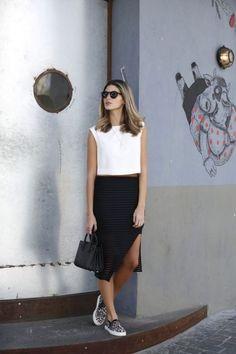 Women's summer fashion white chiffon boxy crop tops+black right split skirt+flat shoes+leather handbag tote bag Minimal Fashion, Work Fashion, Urban Fashion, Fashion Looks, Fashion Outfits, Womens Fashion, Fashion Trends, Skirt Fashion, Looks Style