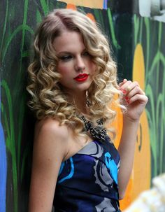 Taylor Swift long curly hairstyle with red lipstick... Sexy