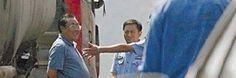 2012 - ShanXi, China. Deze chinese ambtenaar staat hier heel raar te glimlachen staat bij een groot ongeluk waar 36 mensen net de dood vonden. Het is dus onverklaarbaar dat hij lac