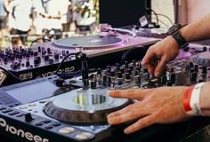 5 Steps To Learn How to Mix Music on DJ Decks