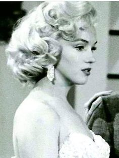 """A thoughtful Marilyn Monroe ready to make a rare television appearance on """"The Jack Benny Program"""" in 1953 Marilyn Monroe Cuadros, Marilyn Monroe Photos, Marilyn Monroe Wedding, Old Hollywood Glamour, Classic Hollywood, Divas, Norma Jeane, Vintage Beauty, Iconic Women"""