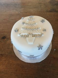 quick effective decorations for christmas cake Christmas Cake Designs, Christmas Tree Cake, Christmas Cake Decorations, Christmas Cupcakes, Christmas Desserts, Christmas Baking, Big Cakes, Crazy Cakes, Santa Cake